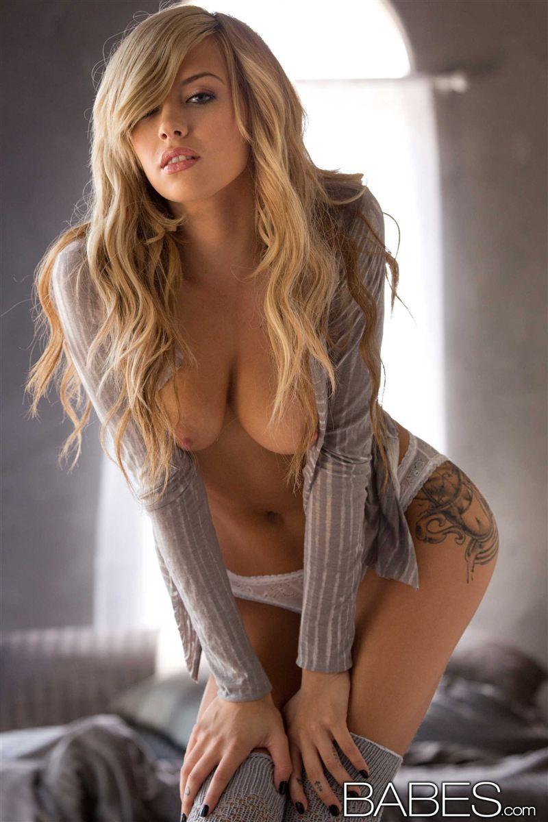 Красивая голая молодая блондинка