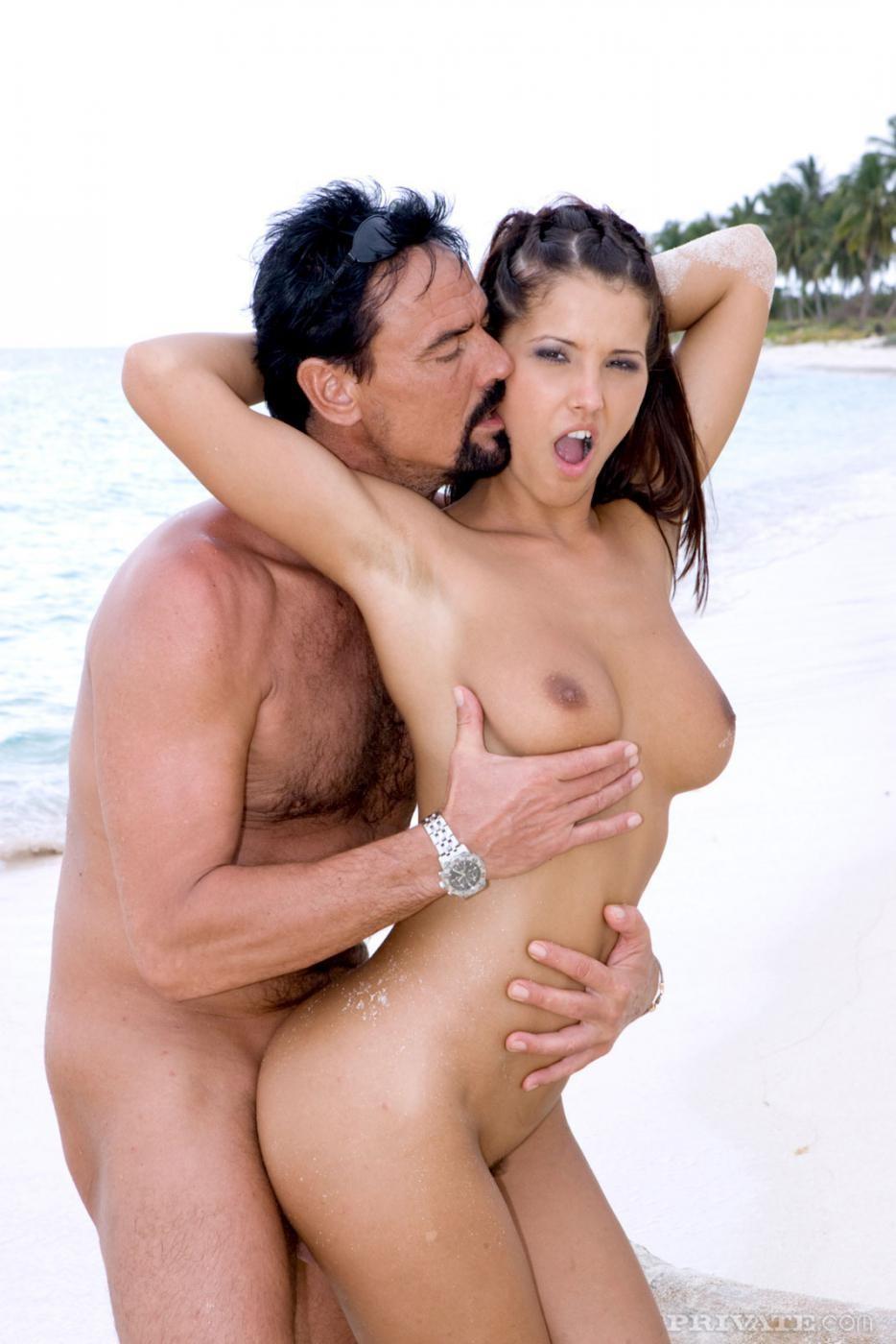 Групповой секс с брюнеткой на пляже