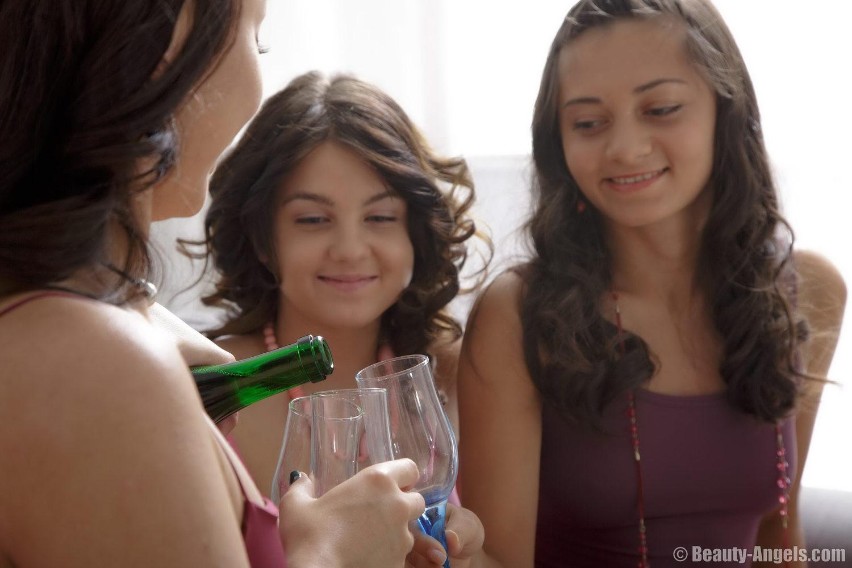 Три девушки устраивают вечеринку, на которой они выпивают, а затем начинают друг друга ласкать