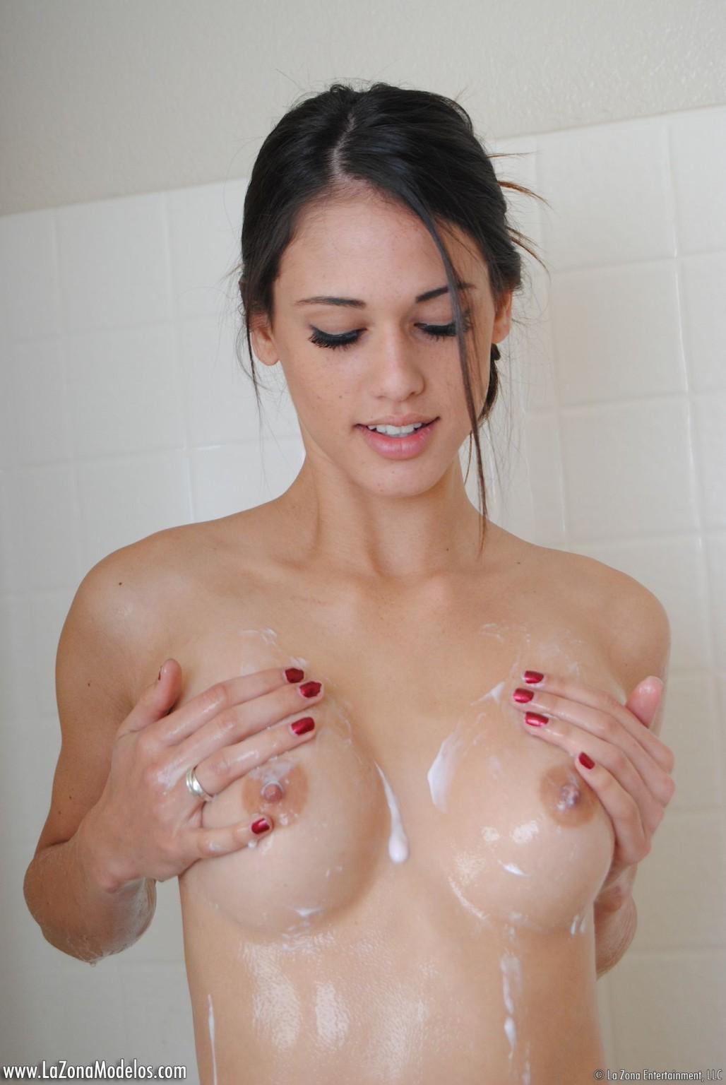 Стройная красавица Тиффани принимает душ