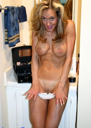 Зрелая Бренди Лов голая  в ванной - фото 27