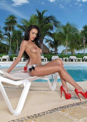 Красивая девушка в бикини показывает пизду - фото 5