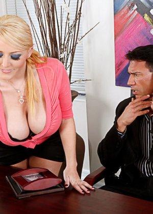 Секс на работе с грудастой блондинкой - фото 1