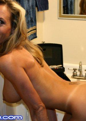 Зрелая Бренди Лов голая  в ванной - фото 29
