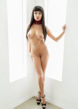 Эротичная женщина Анисса Кейт с зажимами на сосках - фото 6
