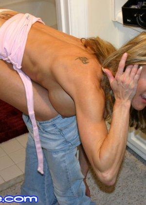 Зрелая Бренди Лов голая  в ванной - фото 8
