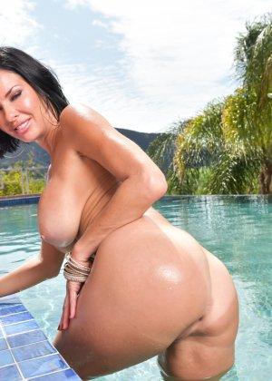 Женщина в лиловом купальнике у бассейна - фото 11