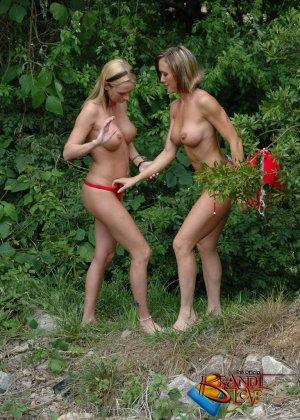 Две красивых блондинки раздеваются на природе - фото 32