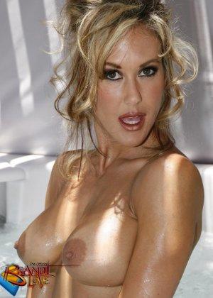 Голая зрелая блондинка показывает пизду крупным планом плескаясь в бассейне - фото 13