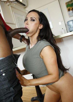 Секс на кухне негра со стройной брюнеткой - фото 7