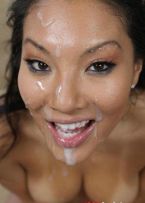 Выебал азиатку в рот и обкончал лицо спермой - фото 15