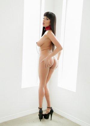 Эротичная женщина Анисса Кейт с зажимами на сосках - фото 14