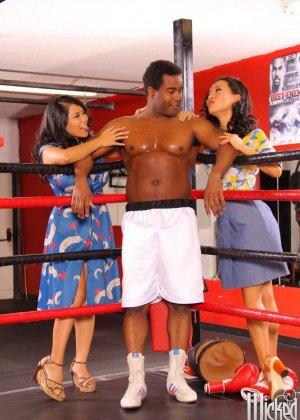 Две азиатские дамочки набрасываются на ринге на темнокожего мужчину и старательно ублажают его - фото 7