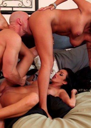 Секс втроем с красивыми арабками - фото 14