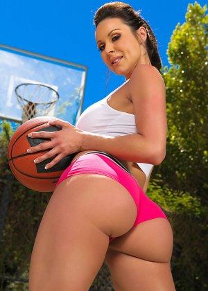 Секс жаркой брюнетки и баскетболиста - фото 2