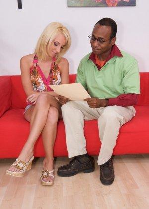 Блондинка занялась сексом с негром с большим членом - фото 10