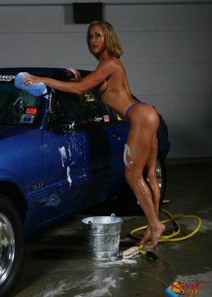 Голая зрелая блондинка с большой грудью моет машину - фото 9