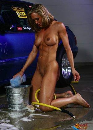 Голая зрелая блондинка с большой грудью моет машину - фото 27