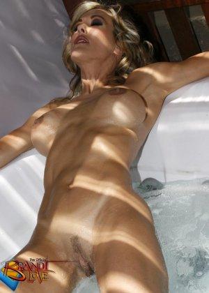 Голая зрелая блондинка показывает пизду крупным планом плескаясь в бассейне - фото 22