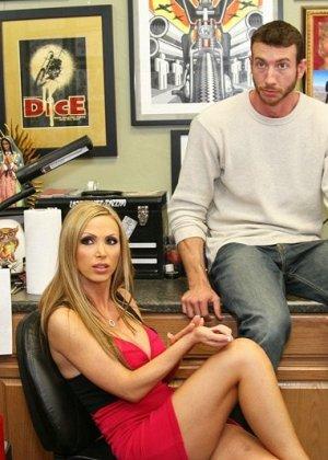 Ебет на работе шикарную блондинку - фото 6