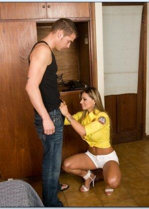 Кончил на грудь после секса с горячей латинкой - фото 7