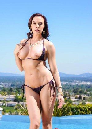 Голая девушка в красивом купальнике - фото 3