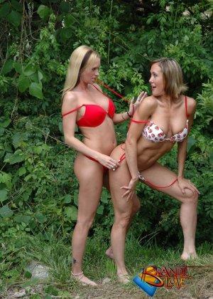 Две красивых блондинки раздеваются на природе - фото 21