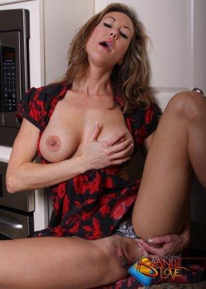 Голая зрелая блондинка раздевается и мастурбирует на кухне - фото 18