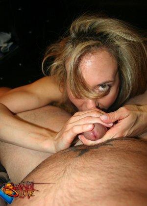 Ебет зрелую блондинку в рот и кончает туда же - фото 32