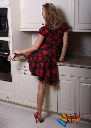 Голая зрелая блондинка раздевается и мастурбирует на кухне - фото 10