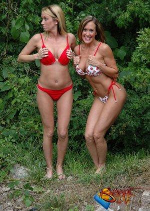 Две красивых блондинки раздеваются на природе - фото 7