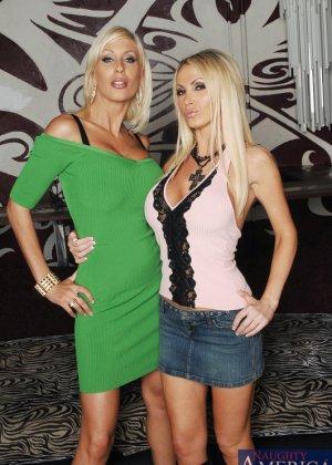 Трахает двух грудастых блондинок - фото 1