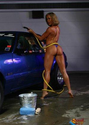 Голая зрелая блондинка с большой грудью моет машину - фото 15