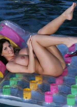 Ребека Линарес показывает свои большие натуральные титьки плавая в бассейне - фото 12