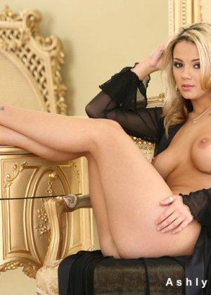 Девушка блондинка с красивой голой грудью - фото 13