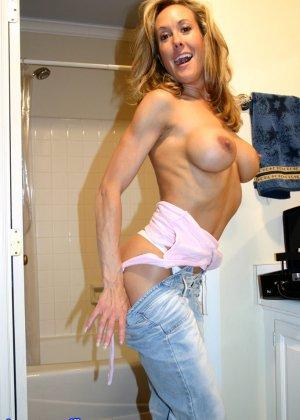 Зрелая Бренди Лов голая  в ванной - фото 5
