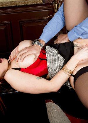 Секс с рыжей блядью после работы - фото 4