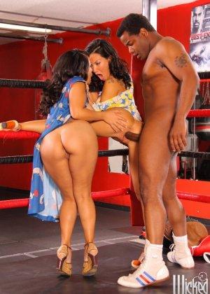 Две азиатские дамочки набрасываются на ринге на темнокожего мужчину и старательно ублажают его - фото 13