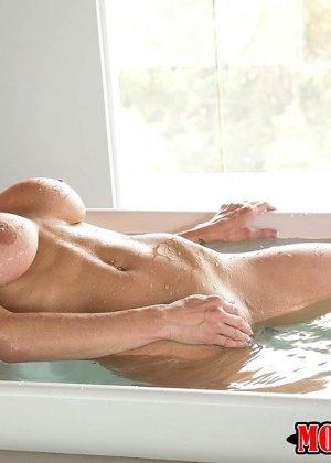 Взрослая с большими титками принимала ванну и тут... - фото 2