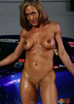 Голая зрелая блондинка с большой грудью моет машину - фото 32