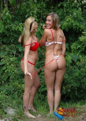 Две красивых блондинки раздеваются на природе - фото 20