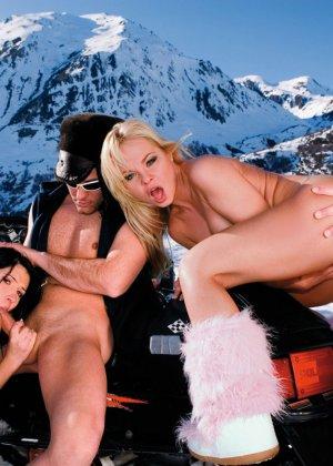 Две смелые девушки оказываются обнаженными на морозе, но им не холодно - фото 9- фото 9- фото 9
