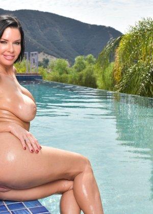 Женщина в лиловом купальнике у бассейна - фото 12