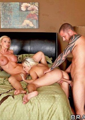 Секс с  двумя блондинками с большими сиськами - фото 10