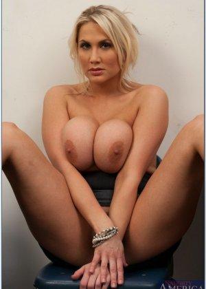 Секс после работы с сисястой блондинкой - фото 2