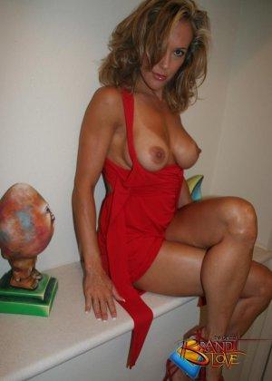 Зрелая блондинка с большими сиськами показывает пизду из под красного платья - фото 22
