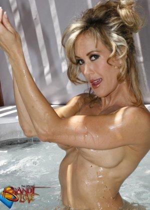 Голая зрелая блондинка показывает пизду крупным планом плескаясь в бассейне - фото 12