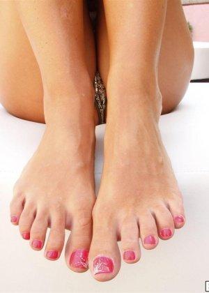 Стройная брюнетка с длинными пальцами ног - фото 4