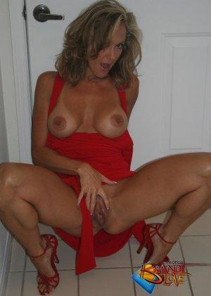 Зрелая блондинка с большими сиськами показывает пизду из под красного платья - фото 17