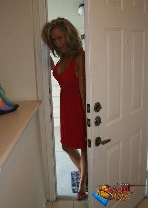 Зрелая блондинка с большими сиськами показывает пизду из под красного платья - фото 2